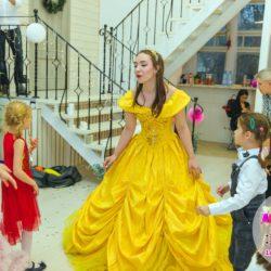 Принц и принцесса в гостях у детишек