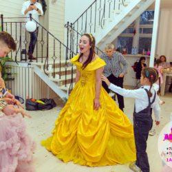 Принц и принцесса в гостях у детишек дома