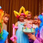 Торт и аниматоры на день рождения дома у Насти
